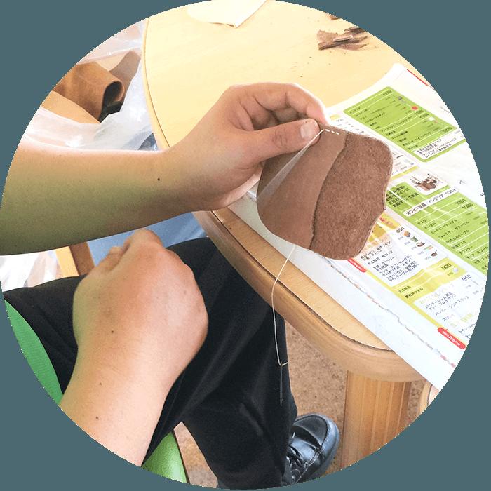 革製品を縫い合わせる利用者さんの手元の写真