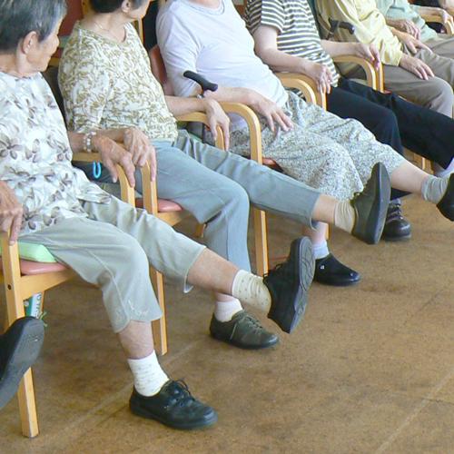 体操をする利用者さんの足元の写真