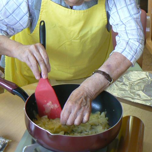 料理をする利用者さんの手元の写真