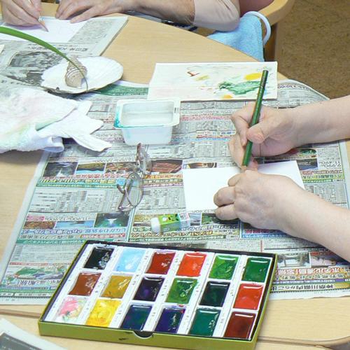 絵手紙を作る利用者さんの手元の写真