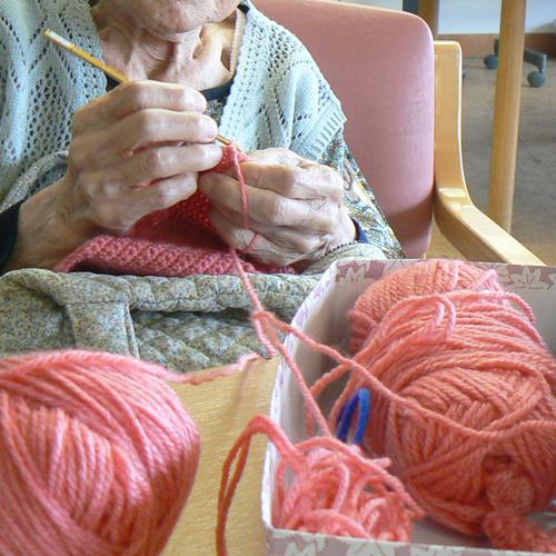 編み物をする利用者さんの手元