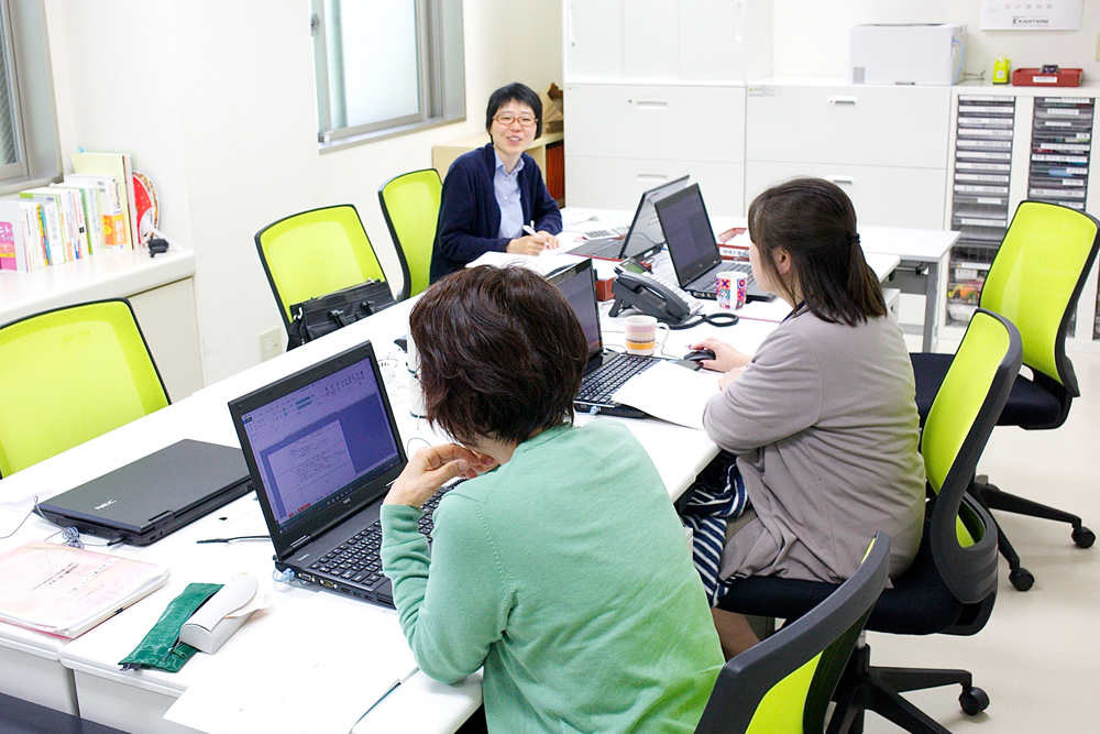 事務所にて仕事をするスタッフの写真