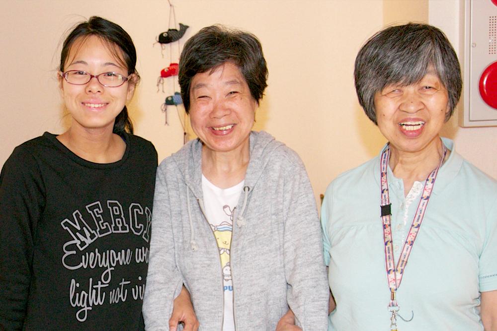グループホーム入居者さんとスタッフの笑顔の写真