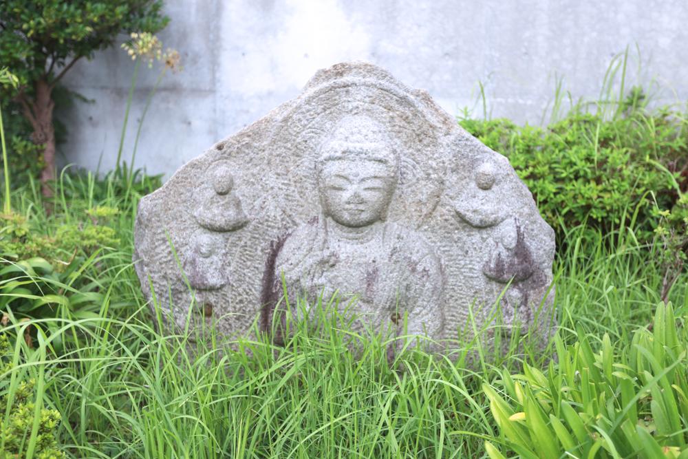 釜利谷地域ケアプラザの外にある石像の写真