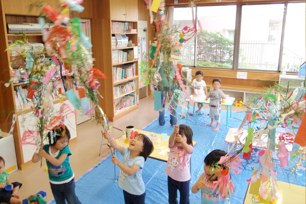 おもちゃ文庫で遊ぶ子供達の様子