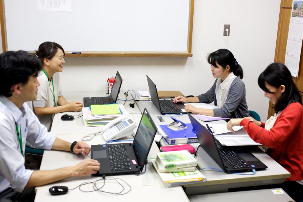 スタッフ達がパソコンに向かい仕事をする様子