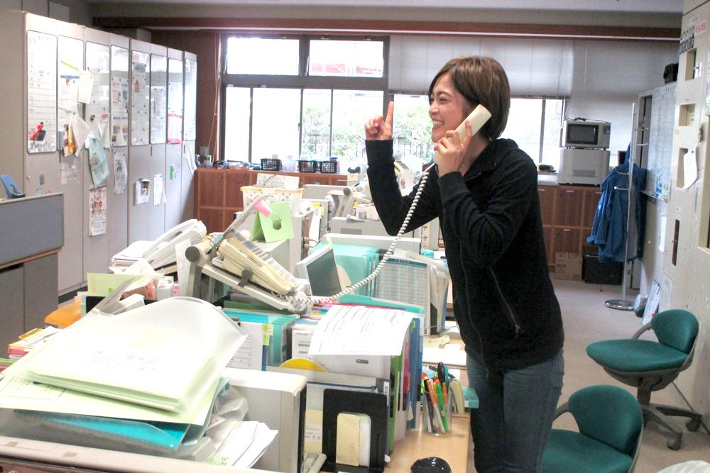 電話対応をするスタッフの写真