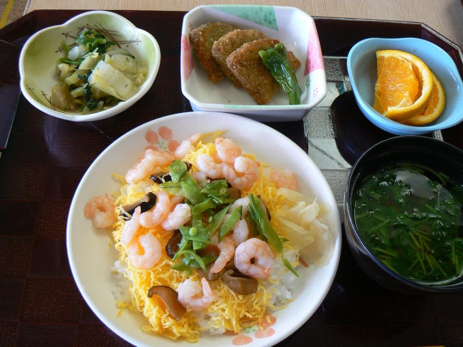 七夕ランチです。メニューはちらしずし、すまし汁、黒はんぺんフライ、白菜の和え物、オレンジです。おいしそう!
