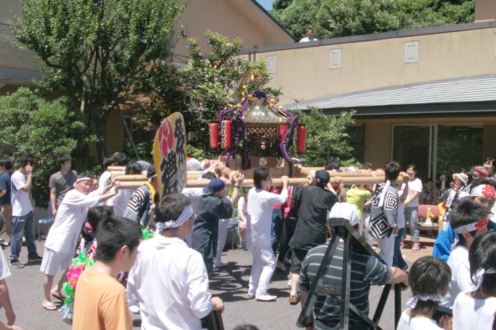 地域のお祭りに参加し、お神輿を担ぐ利用者さんたちの様子