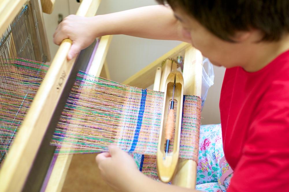 布製品を制作する利用者さんの様子