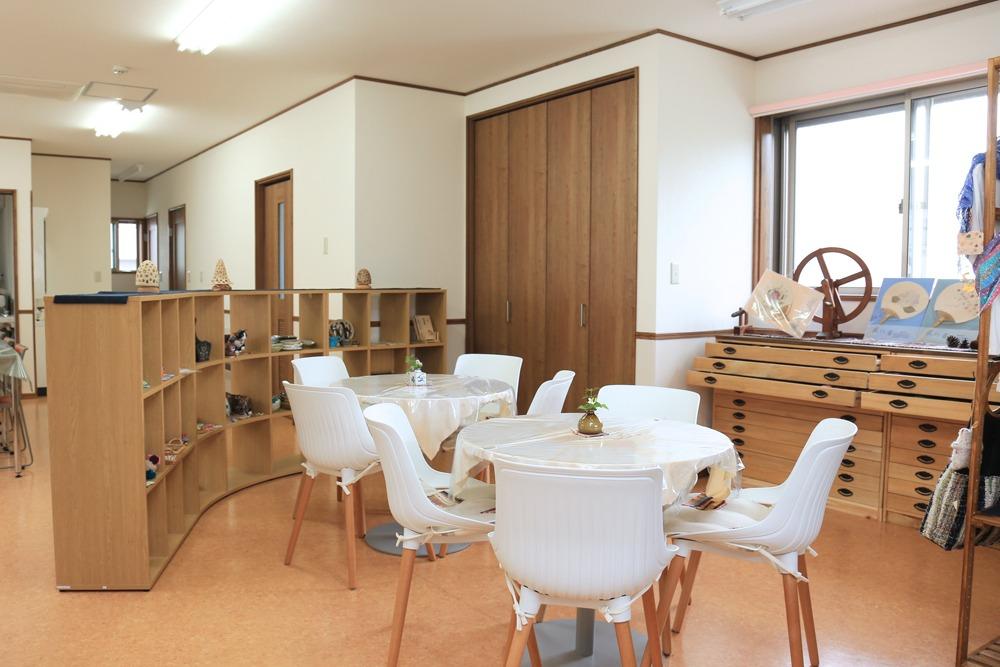 カフェスペースの内装の写真